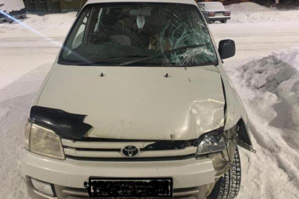На машине видны характерные повреждения после аварии