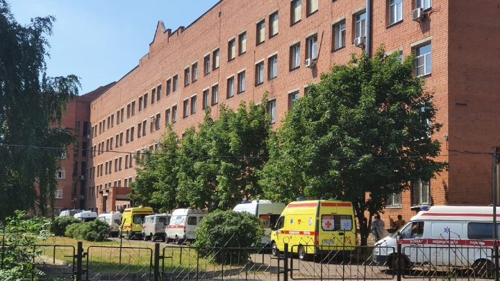В Ярославле у ковидного госпиталя выстроилась очередь из скорых