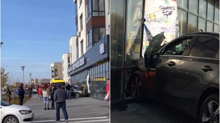 В Тюмени автомобиль протаранил магазин