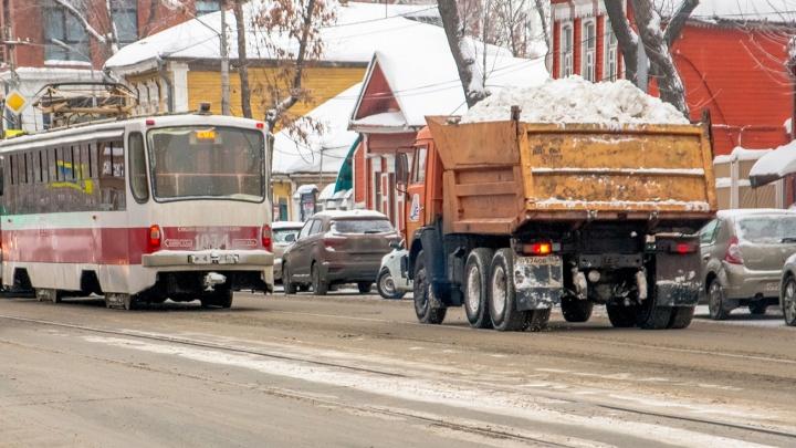 Самарцы заметили грузовики, которые ссыпают снег в Постников овраг