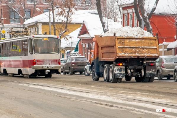 Снег вывозят с городских улиц