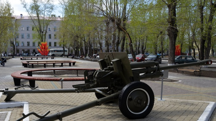 В Кургане в сквере установили орудия времен Великой Отечественной войны
