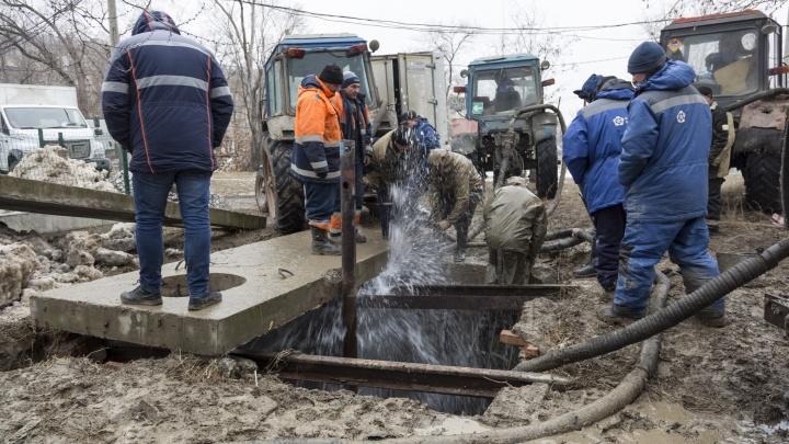 Вода успела размыть трамвайные пути. В Волгограде ликвидировали прорыв на магистральном водоводе