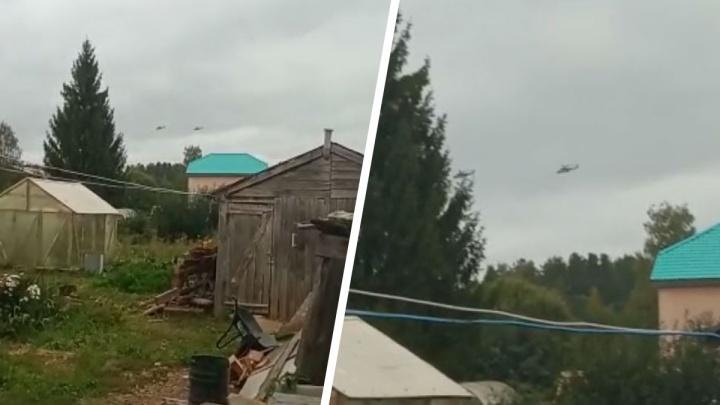 Жителей поселка под Екатеринбургом напугали кружащие вертолеты. Рассказываем, что произошло