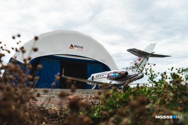 Самолет приобрели в прошлом году, но разрешение на полеты компания получает только сейчас