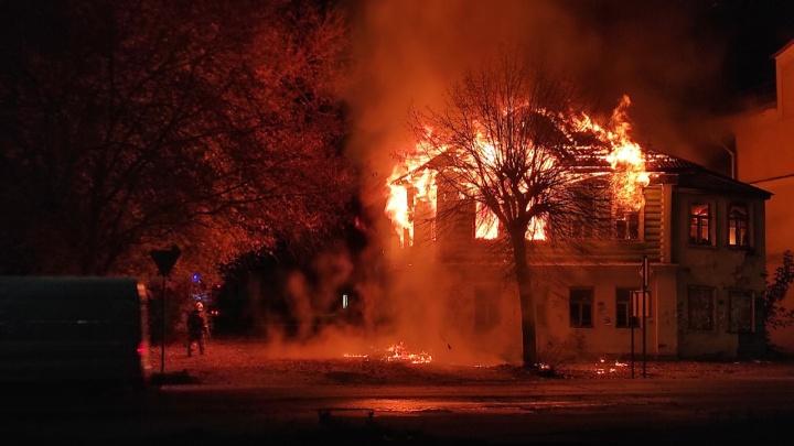 «Кому-то понадобилась земля»: в Ярославской области сгорел старинный дом