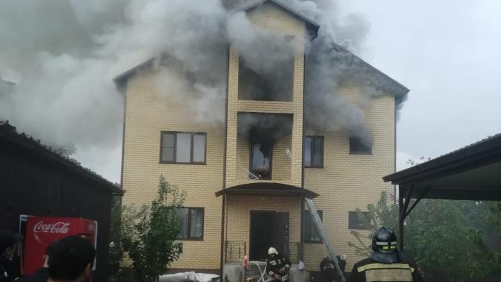 В Волгограде третий час тушат пожар в трехэтажном коттедже