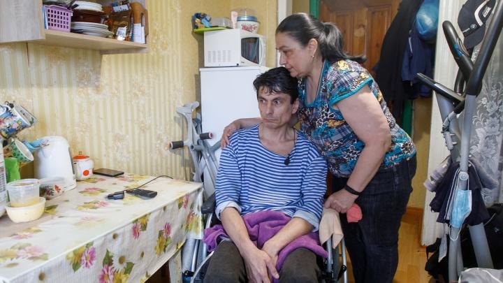 «Наворотили дел в молодости, теперь наказание»: в Волгограде с неходячего инвалида требуют долг под миллион рублей
