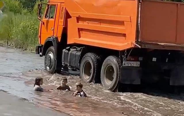 Появилось видео, как в Новосибирске дети купаются в огромной луже посреди проезжающих машин