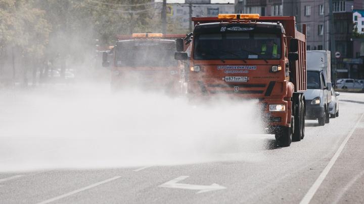 Дорожники продолжат поливать проезжую часть в аномальную жару, чтобы снизить концентрацию пыли в воздухе