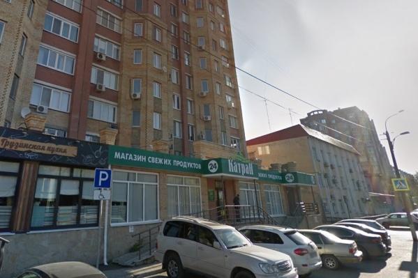 Лобовое стекло авто разбили на парковке улицы Циолковского