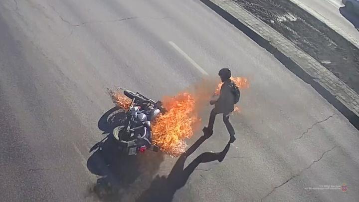 Перевернулся и загорелся: в Волгограде на оживленном перекрестке разбился мотоциклист