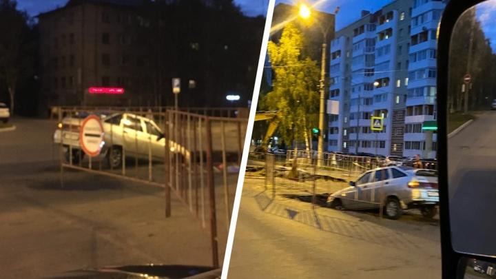 В Архангельске автомобиль провалился в яму на дороге: фото
