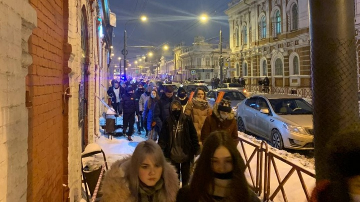 В Ярославле участники акции в поддержку Навального двинулись по центральным улицам. За ними побежал ОМОН