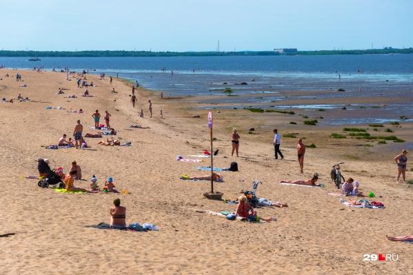Этим летом пляжи Поморья напоминают российские курорты