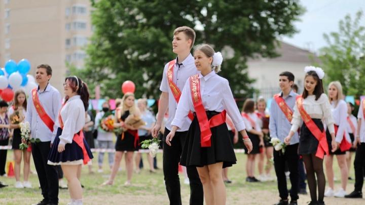 Родителей оцепили сигнальной лентой: в школах Волгограда проходят последние звонки