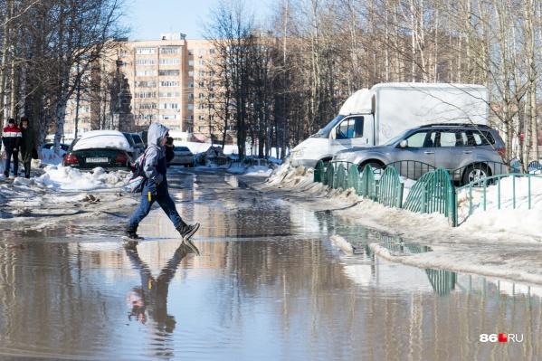 Сургутские дети луж не боятся — таким мелочами их не остановить. А то, что это центр города, у памятника основателям города, — ну так получилось. Дизайн-код такой
