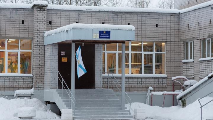 В Архангельске после обвала потолка в школе учеников перевели в другую, но там оказалось холодно