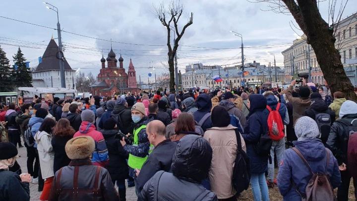 Публикуем первые кадры с запретной акции в поддержку Алексея Навального: 10 фото из центра Ярославля