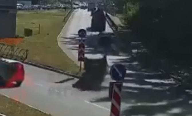 «Где права покупал?»: появилось видео ДТП в Ярославле, где «Мерседес» перевернулся на крышу