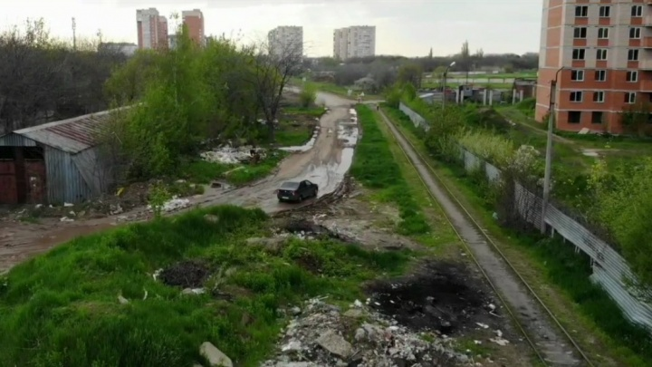 Краснодарцы с высоты птичьего полета показали разбитую дорогу вдоль свалки на Стахановской