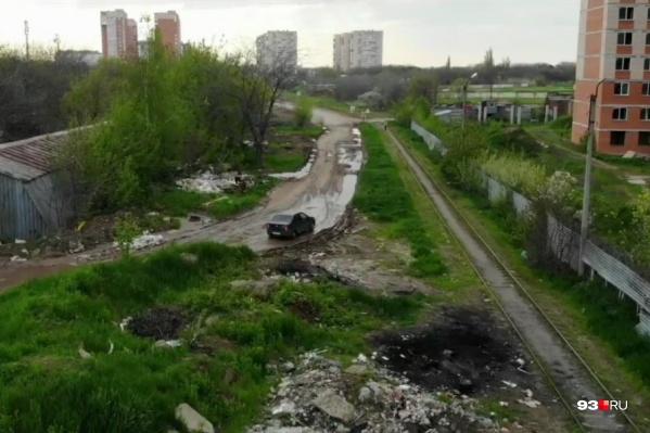 Другую асфальтированную дорогу закрыли шлагбаумами