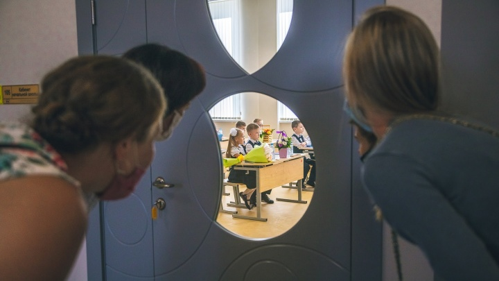 Сели за парты: фоторепортаж из новой школы на Пятой просеке
