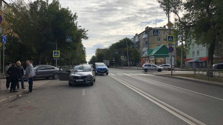 На улице Мориса Тореза «Веста» сбила мужчину с собакой