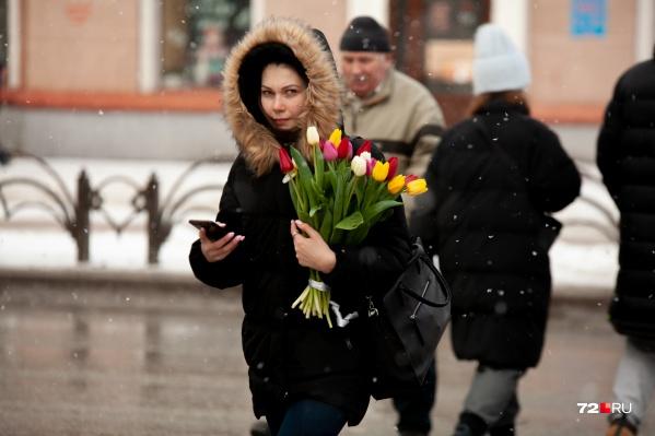 Под конец дня погода испортилась, но серые улицы украсили прекрасные девушки и яркие букеты