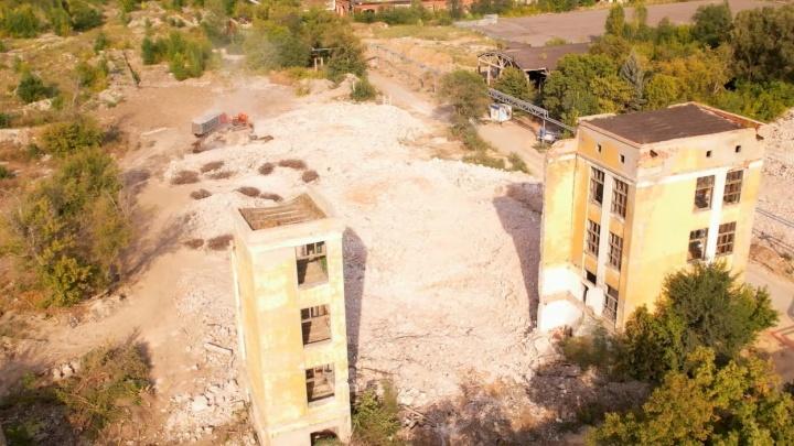 «Теперь здесь построят каменные джунгли»: в Самаре снесли заброшенный корпус ЗИМа
