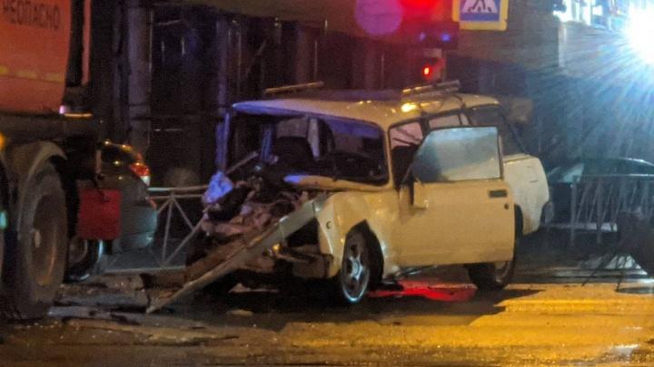 В Новосибирске ночью ВАЗ врезался в бензовоз