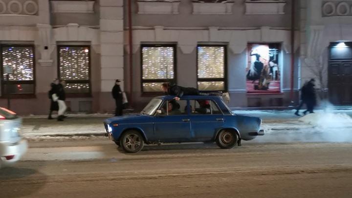 Красноярец прокатился на крыше «Жигулей», всё закончилось ДТП