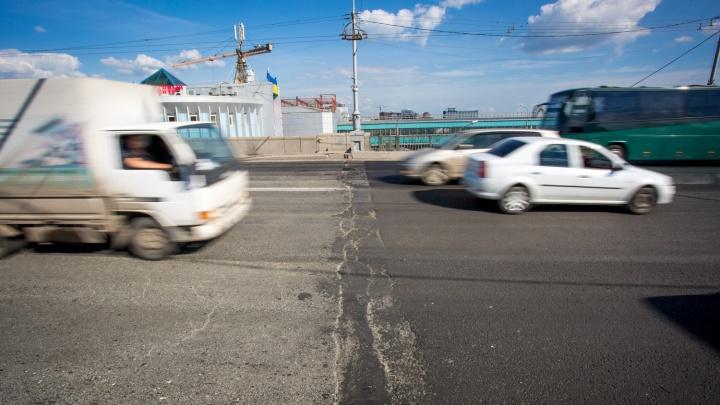 В Новосибирске подрядчик стал переделывать плохой ремонт на Октябрьском мосту