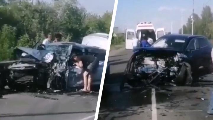 «Каша из машин». В Кормиловском районе обгонщик устроил тройное ДТП под камерами
