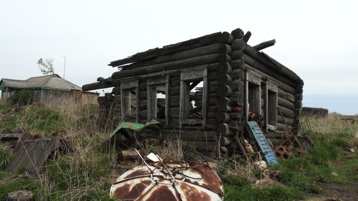 На пятерых жителей — два клуба и два монумента: фоторепортаж из сгоревшей 350-летней омской деревни