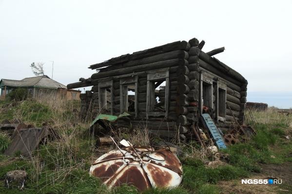 По словам местных, этому дому — лет девяносто. Они утверждают, что сруб построен из лиственницы. Нигде в округе ее нет — дерево специально откуда-то привезли. Лиственница не гниет, и поэтому дом простоял так долго