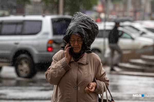 Неподготовленные к плохой погоде новосибирцы ищут способы спрятаться от дождя