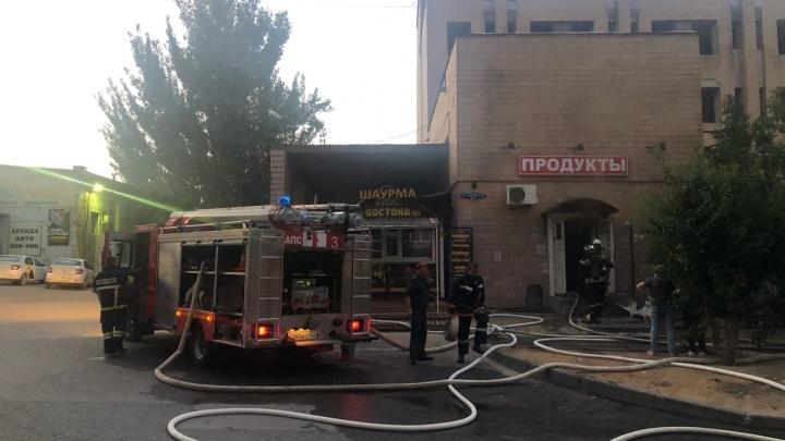 «Дым было видно за полкилометра»: в центре Волгограда сгорел продуктовый магазин