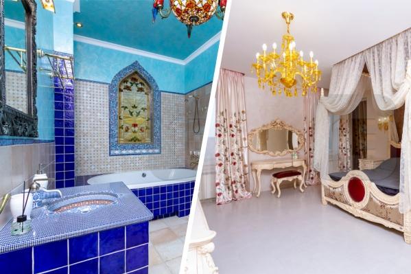 В целом стиль жилья — неоклассика, но вот ванная комната выпадает из общей стилистики