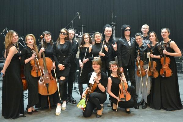 Музыканты оркестра с музыкантами бывшей «Агаты Кристи» — группойThe Matrixx