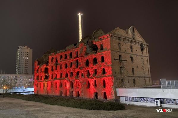 Часть мельницы из красного кирпича обрушилась от сильных порывов ветра