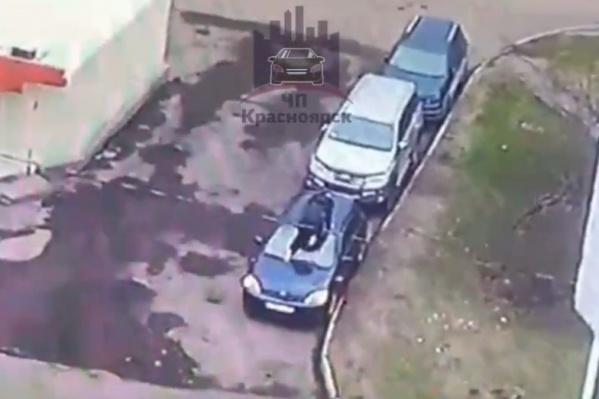 Неизвестный залез на автомобиль по капоту через лобовое стекло. Крыша пострадала сильнее всего