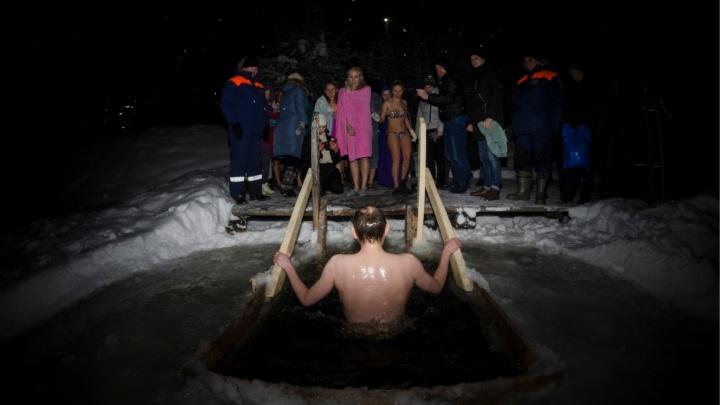 «В воде могут быть вирусы и бактерии»: инфекционист ответил, как купаться в Крещение и не заболеть