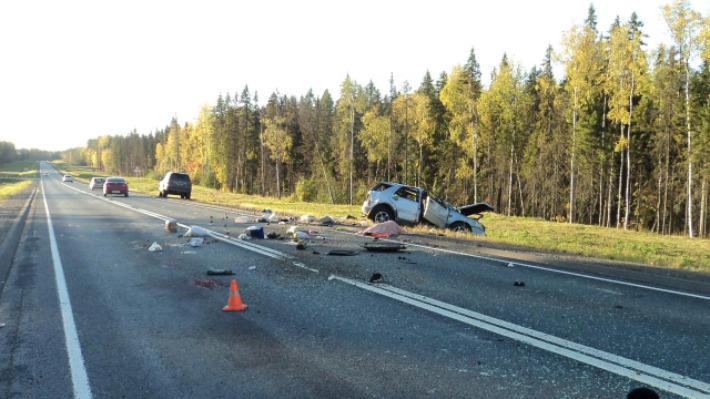 На трассе М-8 перевернулся «Мерседес». Его водитель погиб