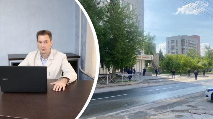 В Новосибирске скорая увезла из отдела полиции общественника, которого задержали по пути в прокуратуру