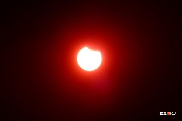 Для наблюдения затмения приходится использовать самый плотный светофильтр для сварочного аппарата