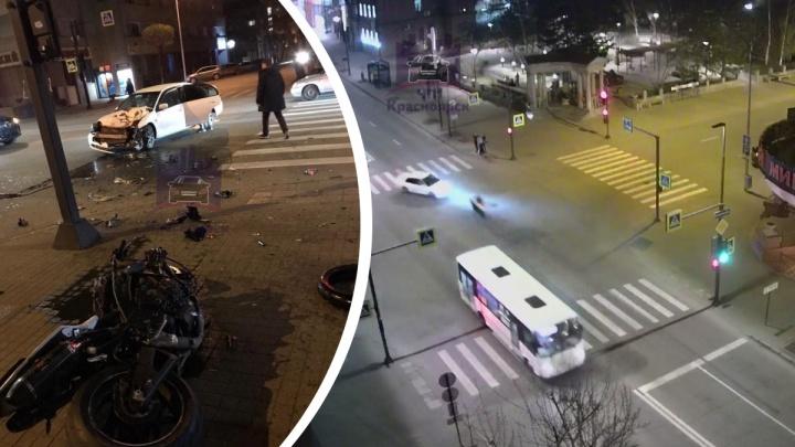 Десятки метров кувырком по асфальту: мотоциклист разогнался в центре города, врезался в машину и чудом выжил