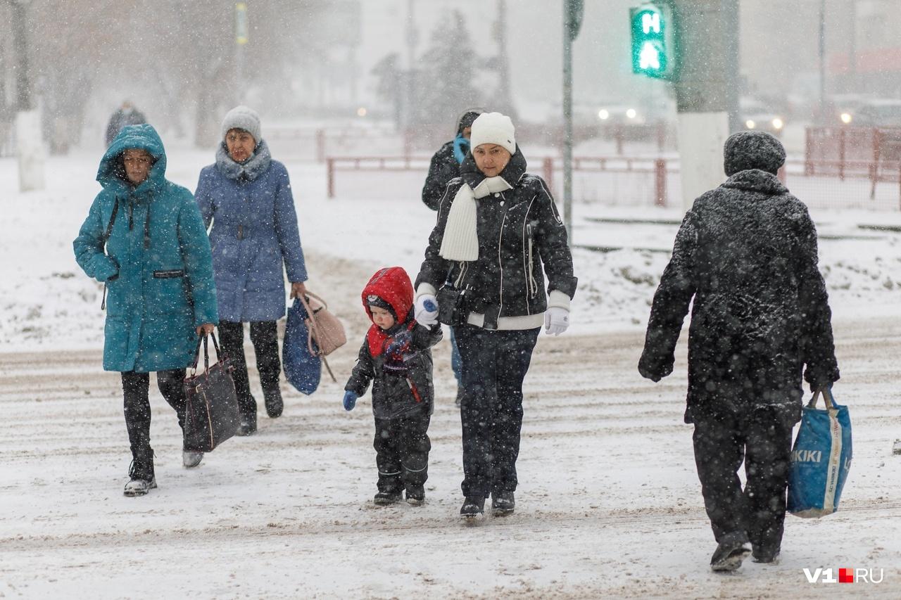 Люди кутались от колючего снега в капюшоны