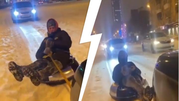 Экстремал проехал по центру Екатеринбурга на бублике, привязанном к автомобилю: видео