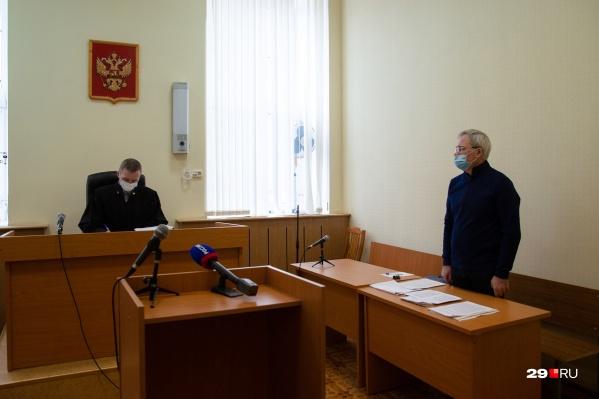 Дело начали пересматривать с 11:00, в зале суда присутствовал и сам Сергей Родионов